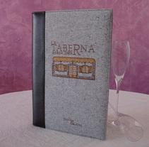 Cartas de Menú en Tela con Logo Bordado. Un proyecto de Diseño de producto de JULIAN MACIAS  - 27-08-2014