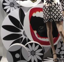 """""""Tambores"""".  Diseño y desarrollo escaparate para Desigual.  . Um projeto de Design, Moda e Design de interiores de Laura Cámara         - 26.01.2015"""